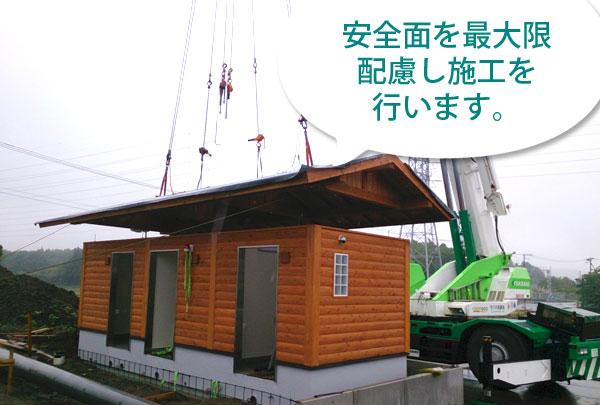 屋根の木製トラスを事前丘組みして載せてます。